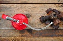 Масло может на деревянной предпосылке, масло Lube может и использованный в индустрии или трудных работах Стоковые Фотографии RF