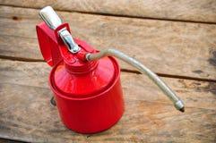 Масло может на деревянной предпосылке, масло Lube может и использованный в индустрии или трудных работах Стоковые Изображения RF