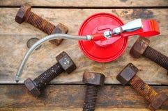 Масло может на деревянной предпосылке, масло Lube может и использованный в индустрии или трудных работах Стоковая Фотография RF