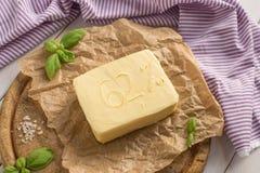 Масло на деревянной деревенской плите Стоковое фото RF