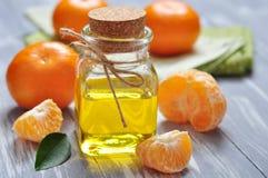 Масло Tangerine в стеклянной бутылке стоковые фото