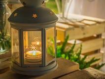 Масляная лампа на деревянной коробке Стоковое Фото