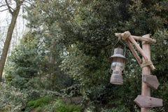 Масляная лампа на деревянном столбе Стоковые Фотографии RF
