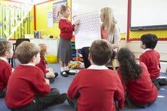 Математики учителя уча к зрачкам начальной школы стоковая фотография rf