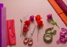 Материалы для того чтобы создать цветок Handmade бумажный цветок Бумага Crepe стоковые изображения rf