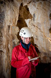 Материалы обследования Caver внося в журнал во время отображать подземелья стоковое изображение