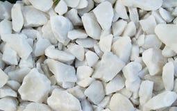 Материальное предпосылки естественное - белые камешки, гравий, камни для класть пути в парке, взгляде сверху стоковая фотография rf