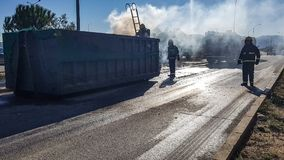 Материальный пожарный работая на дороге Стоковое фото RF