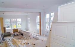 Материал для нижних конструкции, remodeling и реновации от двери и прессформы комнаты белых стоковые изображения rf