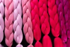 Материал Kanekalon различных теней розового малинового красного цвета стоковые фото