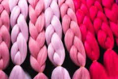 Материал Kanekalon различных теней розового малинового красного цвета стоковые изображения