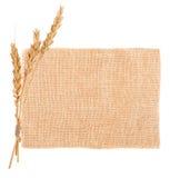 Материал дерюги и уши пшеницы стоковая фотография