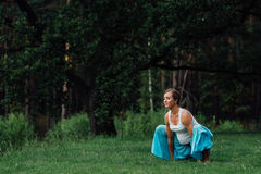Материнство беременной йоги пренатальное делая различные тренировки в парке на траве, дышать, протягивая, статика стоковое фото rf