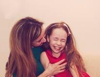 Материнство чисто утеха Красивая молодая женщина обнимая меньшее gir Стоковые Фотографии RF