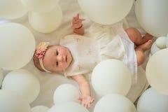 Материнство чисто утеха Счастье детства девушка малая день рождения счастливый изолированная предпосылка младенца немногой над бе стоковая фотография rf