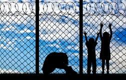 Матери и дети беженца силуэта Стоковая Фотография RF