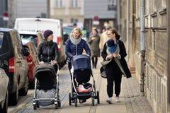 Матери с детьми стоковая фотография