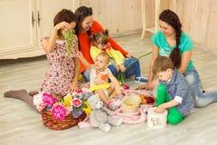 Матери с их детьми Стоковая Фотография