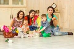 Матери с их детьми Стоковые Изображения RF