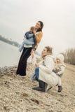2 матери с младенцами в искривлении несущих младенца Стоковая Фотография RF