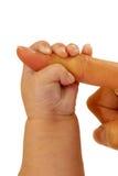 мати удерживания перста младенца Стоковые Изображения RF