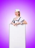 Матрос женщины с пустой доской на белизне Стоковые Фото