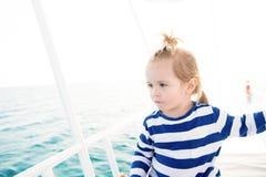 Матрос мальчика в striped плавании рубашки на голубой морской воде Стоковые Изображения