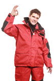 Матрос молодого человека в красной куртке ветра sailing Стоковые Изображения
