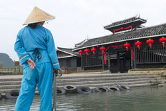 Матрос на отключении лодки Li, Китай шлюпки Стоковое Изображение