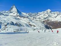 Маттерхорн с кататься на лыжах нескольких лыжников Стоковые Изображения RF