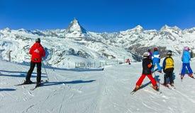 Маттерхорн с некоторыми лыжниками Стоковые Изображения RF