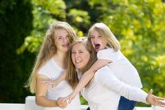 Мать давая более молодую езду автожелезнодорожных перевозок дочери Стоковые Фото