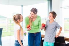 Мать давая детям яблоко Стоковое фото RF