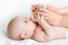 Мать давая молоко к младенцу Стоковые Изображения