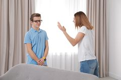 Мать браня ее сына подростка стоковые фото