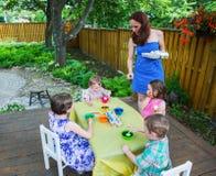 Мать вручает вне новые пасхальные яйца к краске Стоковые Фото