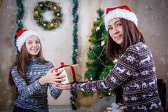 Мать вручая подарок рождества к девушке Стоковая Фотография RF