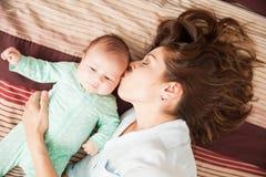 Мать в влюбленности ее newborn младенца Стоковое Фото