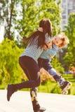 Мать в парке играя с ее смеясь над сыном Стоковые Изображения