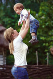 Мать в парке играя с ее смеясь над сыном Стоковое фото RF