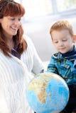мать глобуса играя сынка стоковые фото