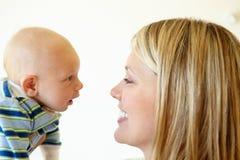 Мать говоря к младенцу стоковое фото