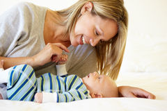 Мать говоря к младенцу стоковые фотографии rf