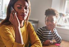 Мать говоря на телефоне забывая ребенка Стоковое фото RF