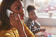 Мать говоря на телефоне забывая ребенка Стоковое Изображение