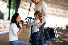 Мать говоря до свидания авиапорт Стоковое Изображение RF