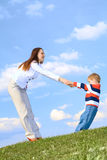 мать голубого мальчика предпосылки играя небо Стоковые Фото
