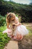 Мать держать ее дочь стоковые изображения