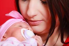 Мать держа ее маленького newborn младенца Стоковые Фотографии RF