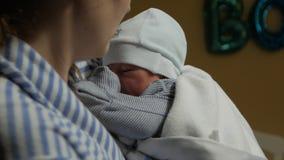 Мать держит Newborn акции видеоматериалы
